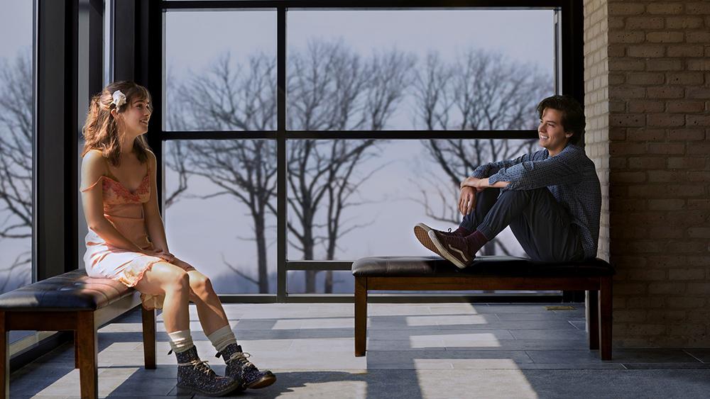 Haley Lu Richardson e Cole Sprouse em A Cinco Passos de Você